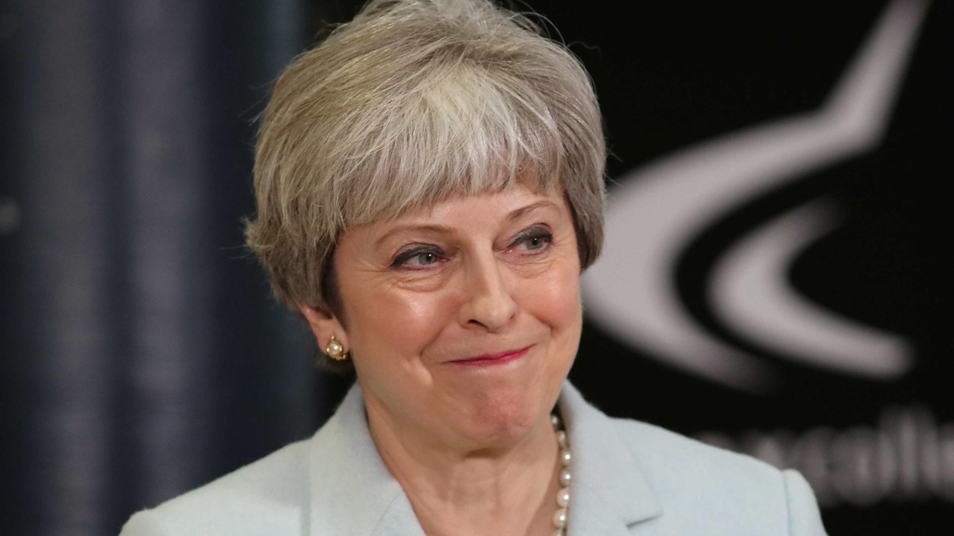 Theresa May interrompeu casal a ter relações sexuais dentro de caravana