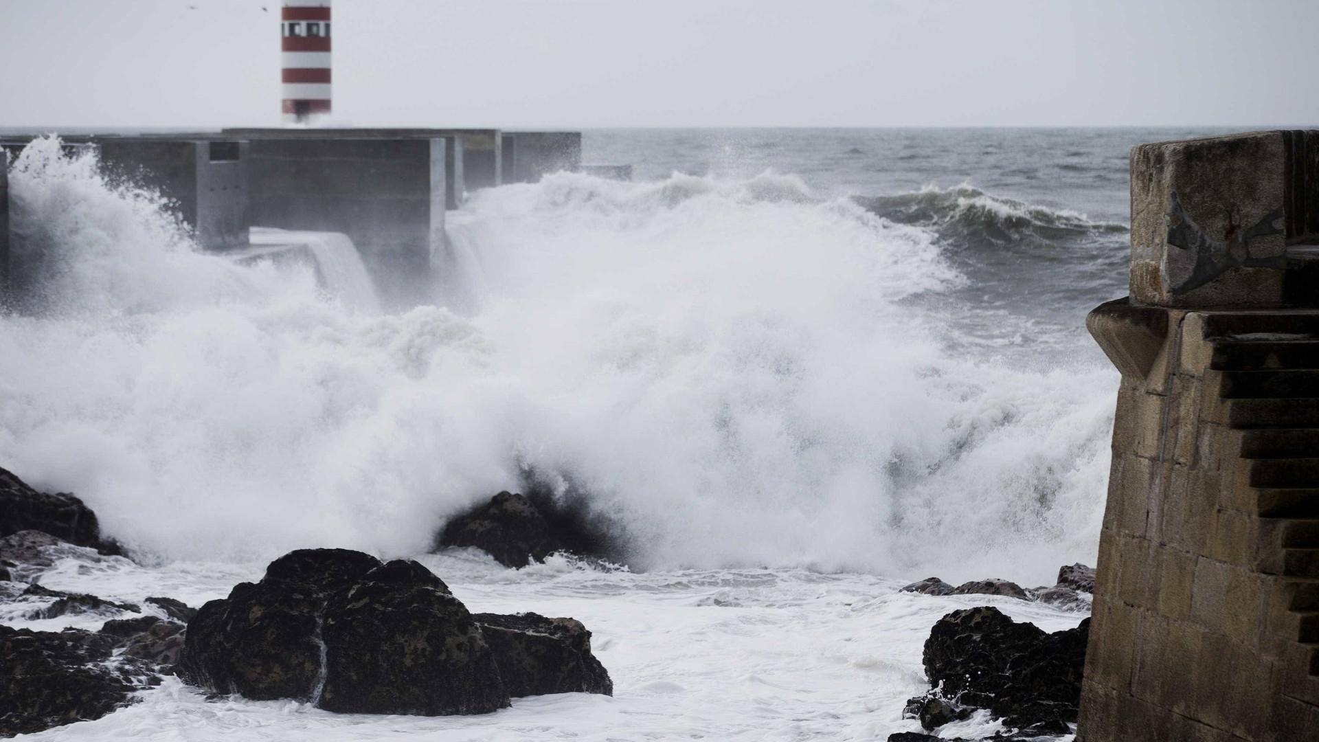 Oito barras fechadas e três condicionadas devido à agitação marítima