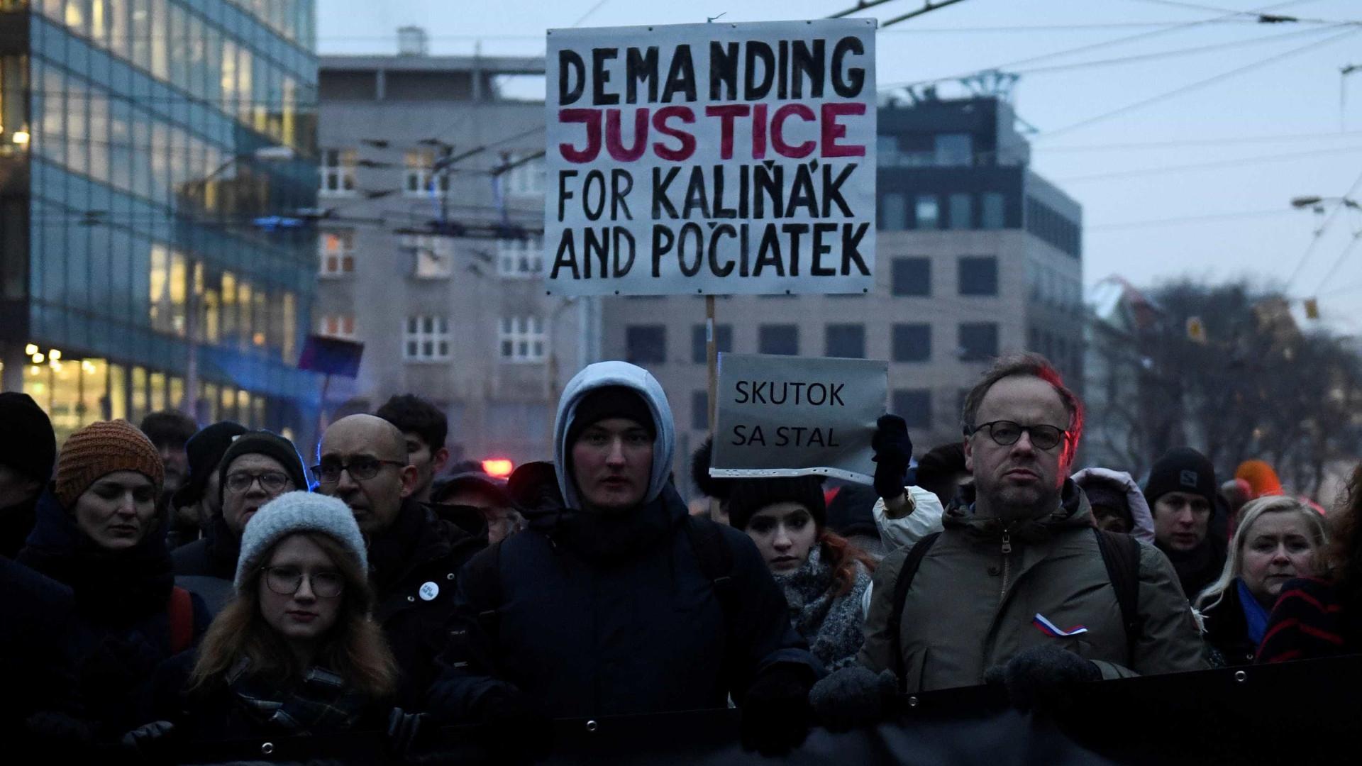 Milhares de eslovacos exigem na rua demissão do chefe da polícia