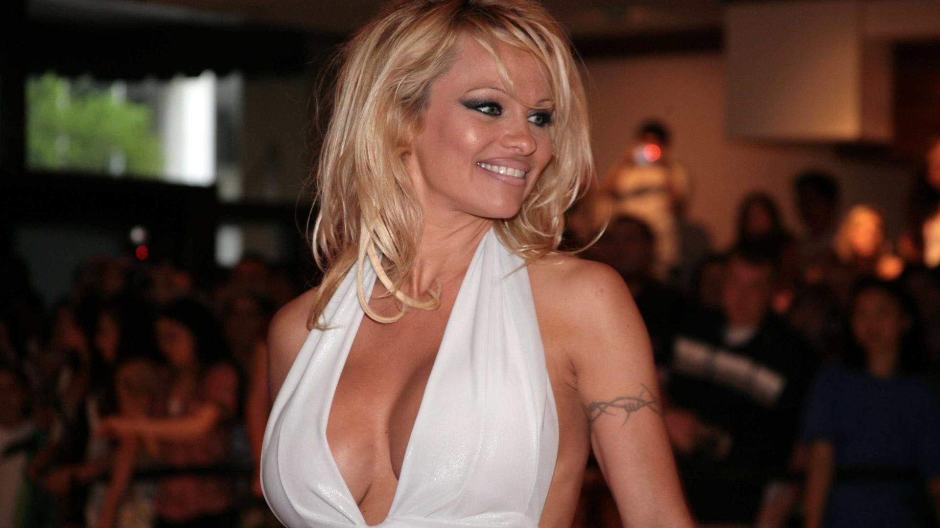 Foi a mãe de Pamela Anderson que a convenceu a posar para a Playboy