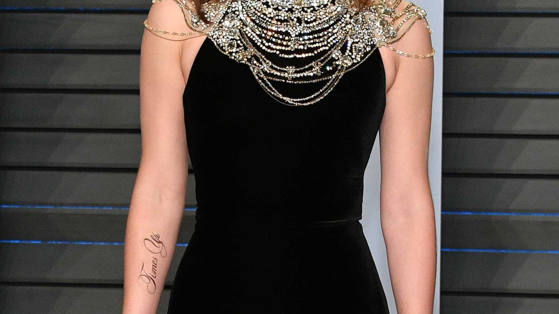 Emma Watson zoa erro em tattoo que fez para festa pós-Oscar