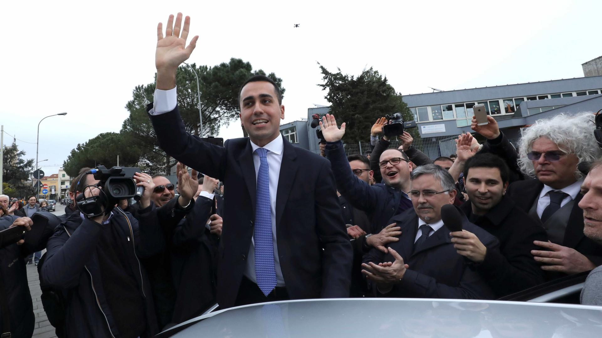 Liga e 5 Estrelas mantêm Itália no euro. 500 mil migrantes para expulsar