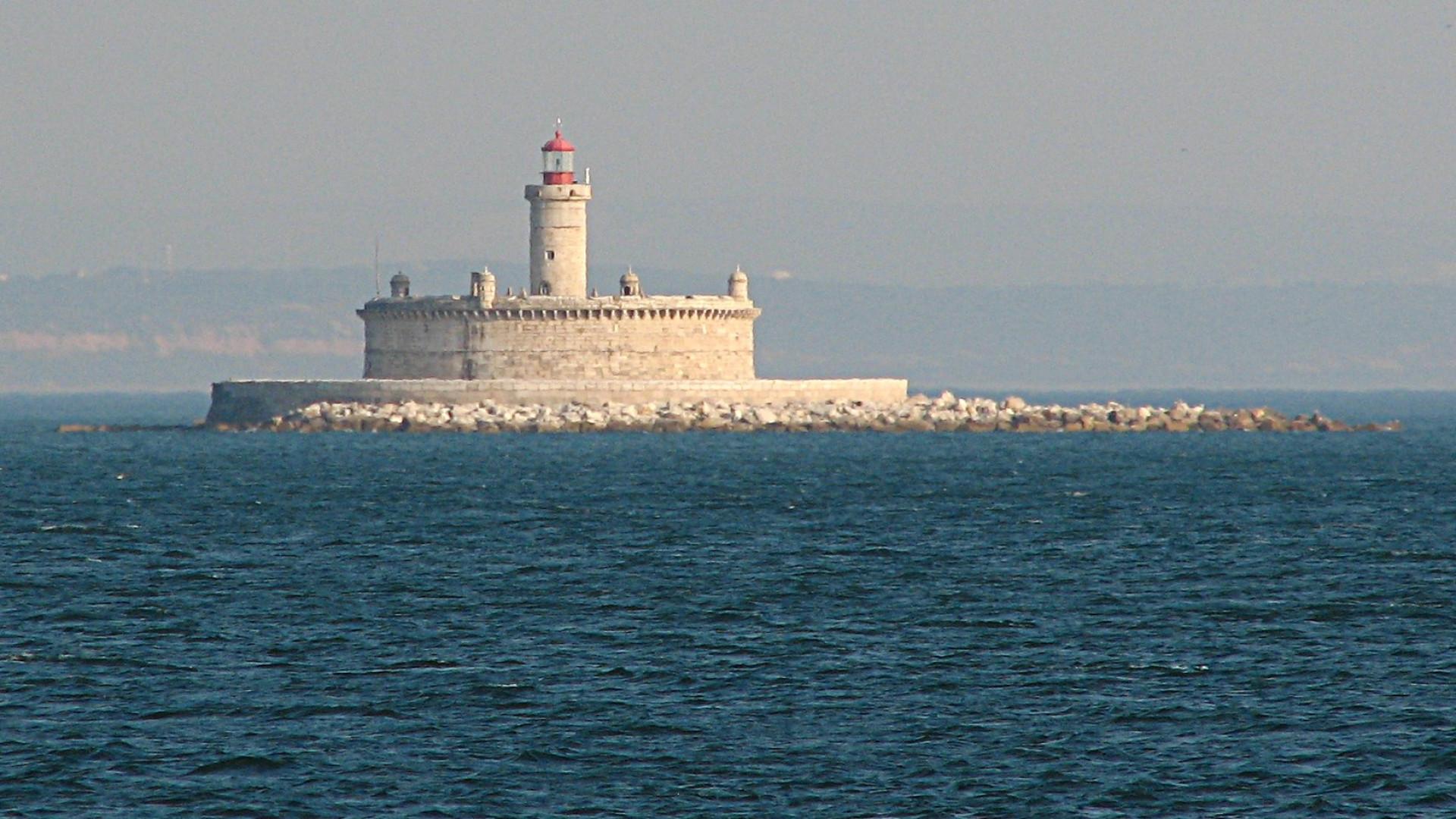 """Autoridades esperam preia-mar após navio já ter """"deslocado um pouco"""""""