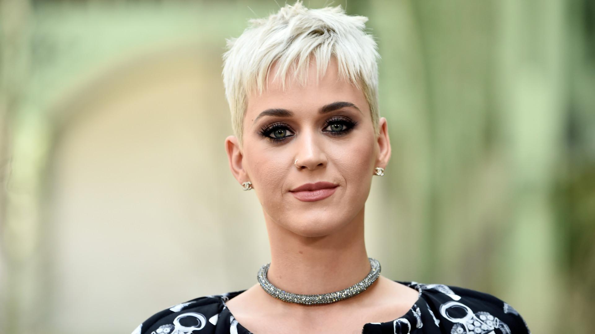 Homenagem: Katy Perry recebe em palco irmã e filha de Marielle Franco