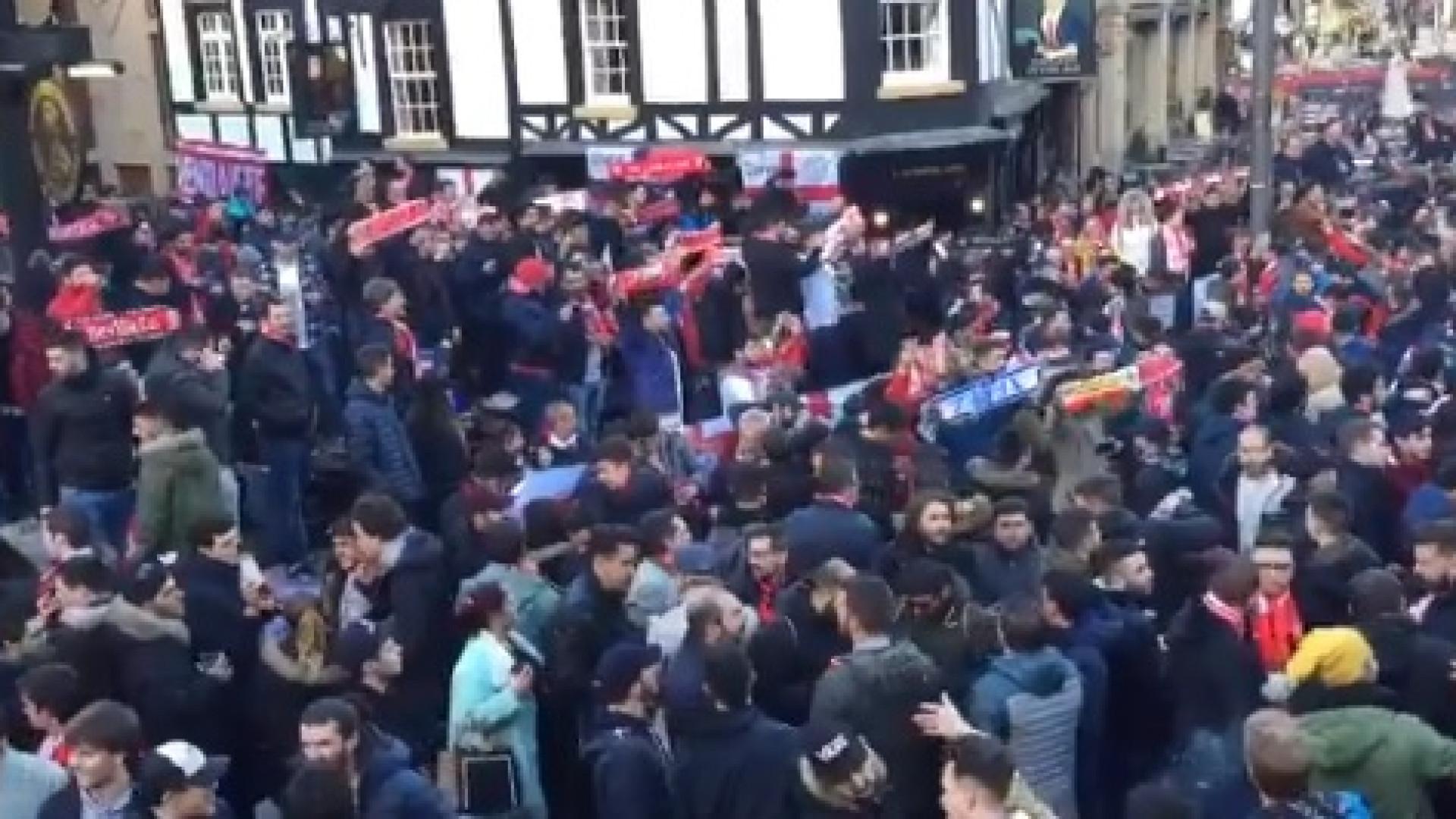 Adeptos do Sevilha fazem a festa antes da partida em Old Trafford