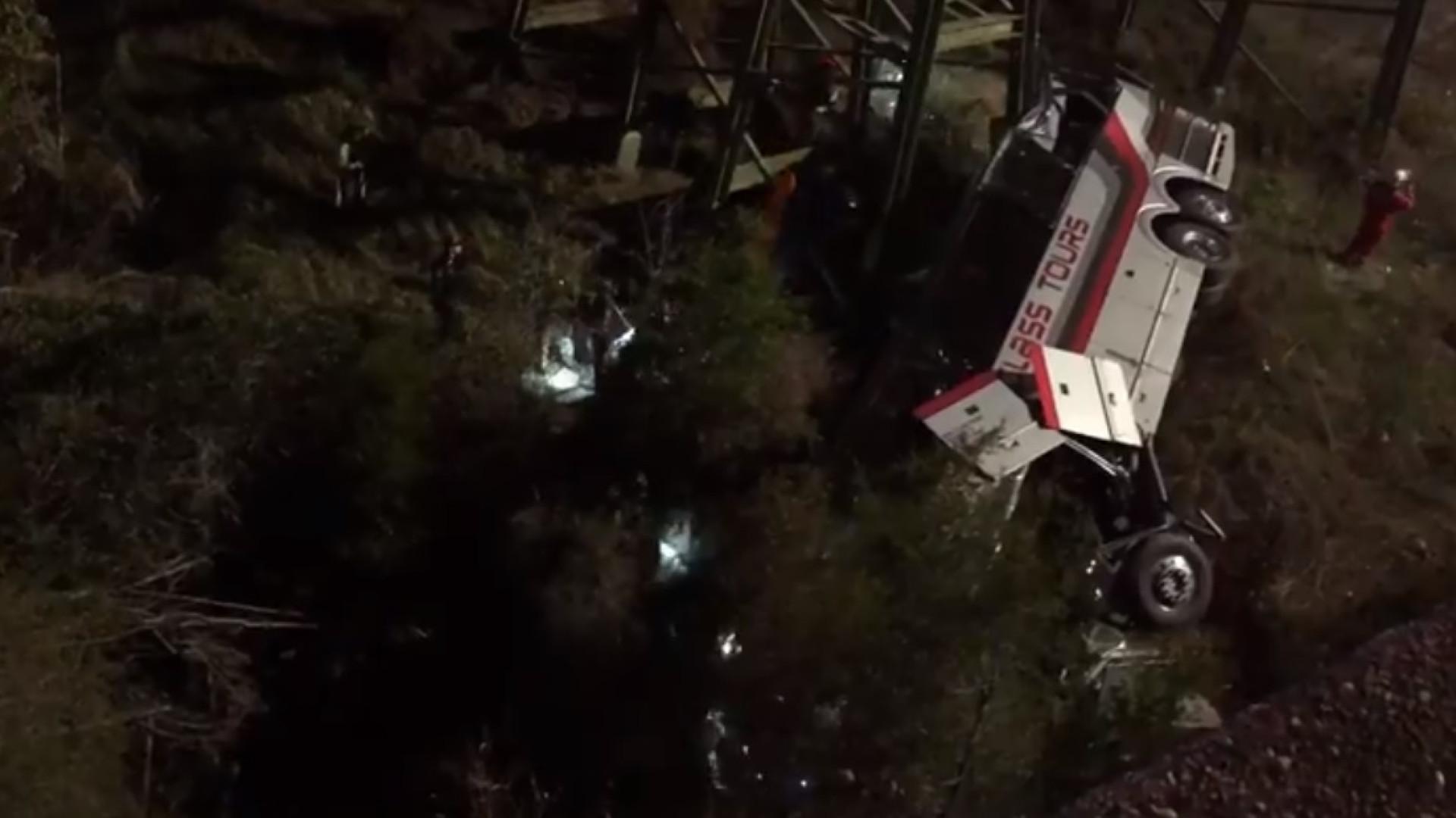 Autocarro escolar cai de ravina nos EUA. Motorista morreu