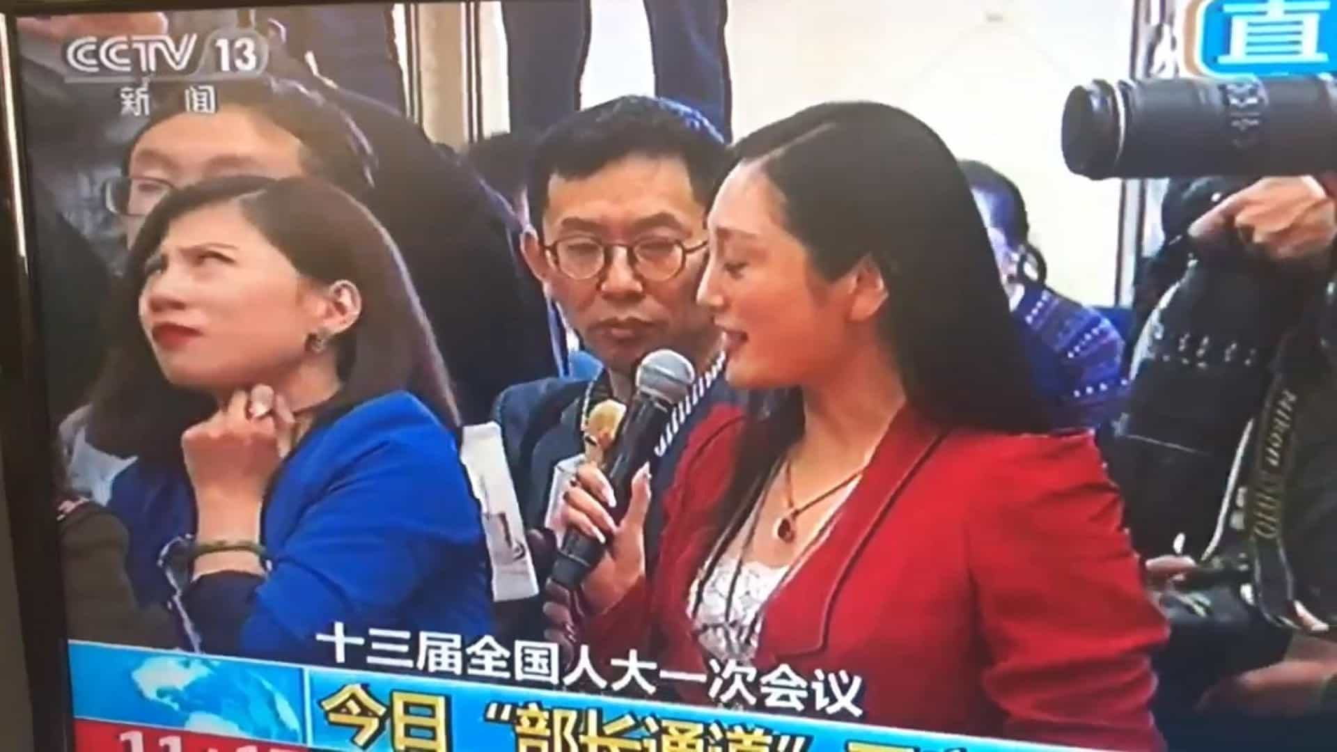 Revirar de olhos de jornalista chinesa quebra protocolo e torna-se viral