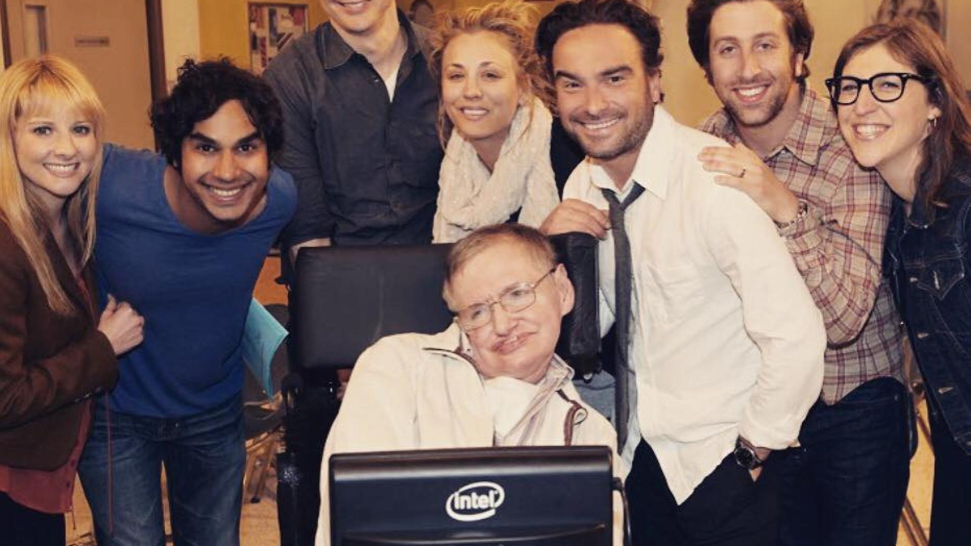 Elenco de 'A Teoria do Big Bang' despede-se de um grande mentor, Hawking