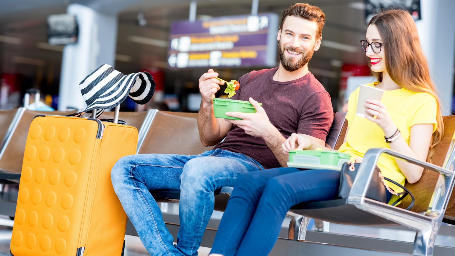 De viagem? Saiba quais são os alimentos que deve comer quando voa