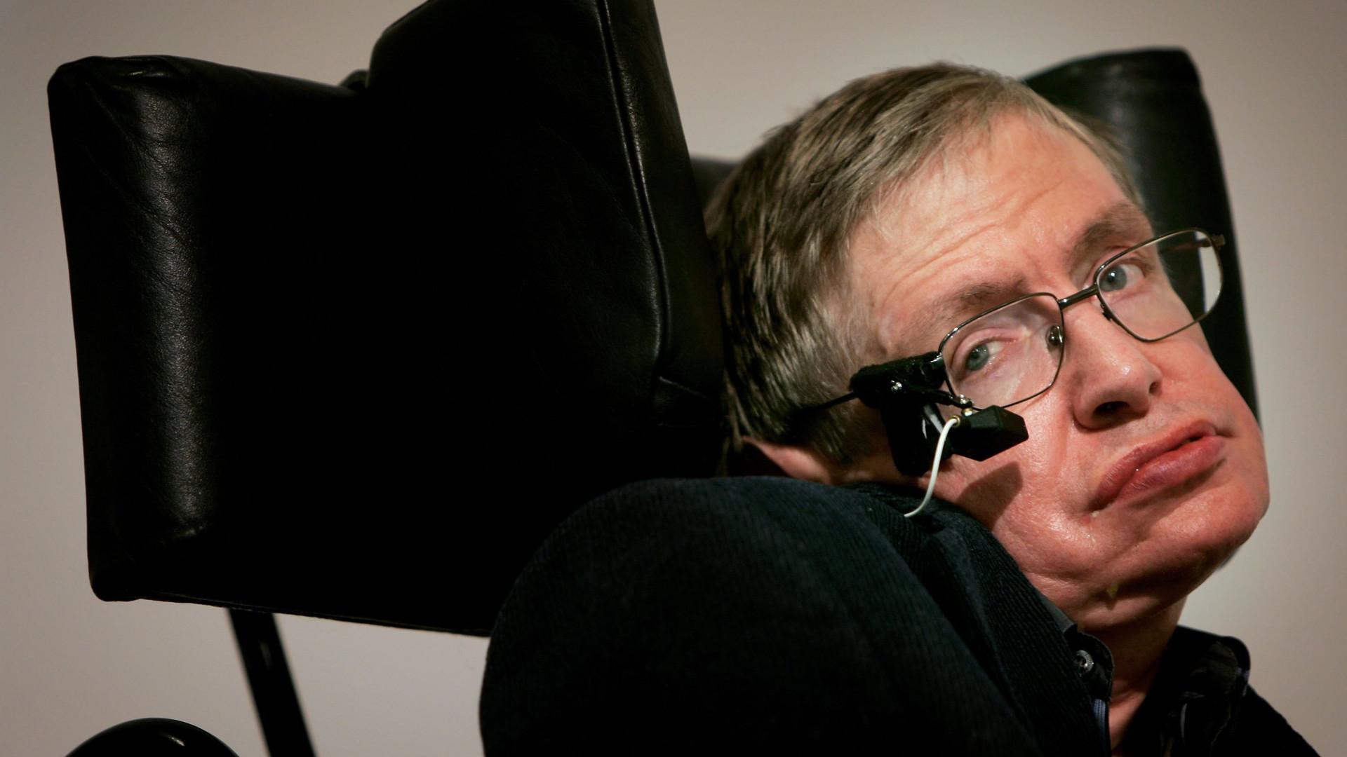 Amigos, familiares e público se juntam em funeral de Hawking