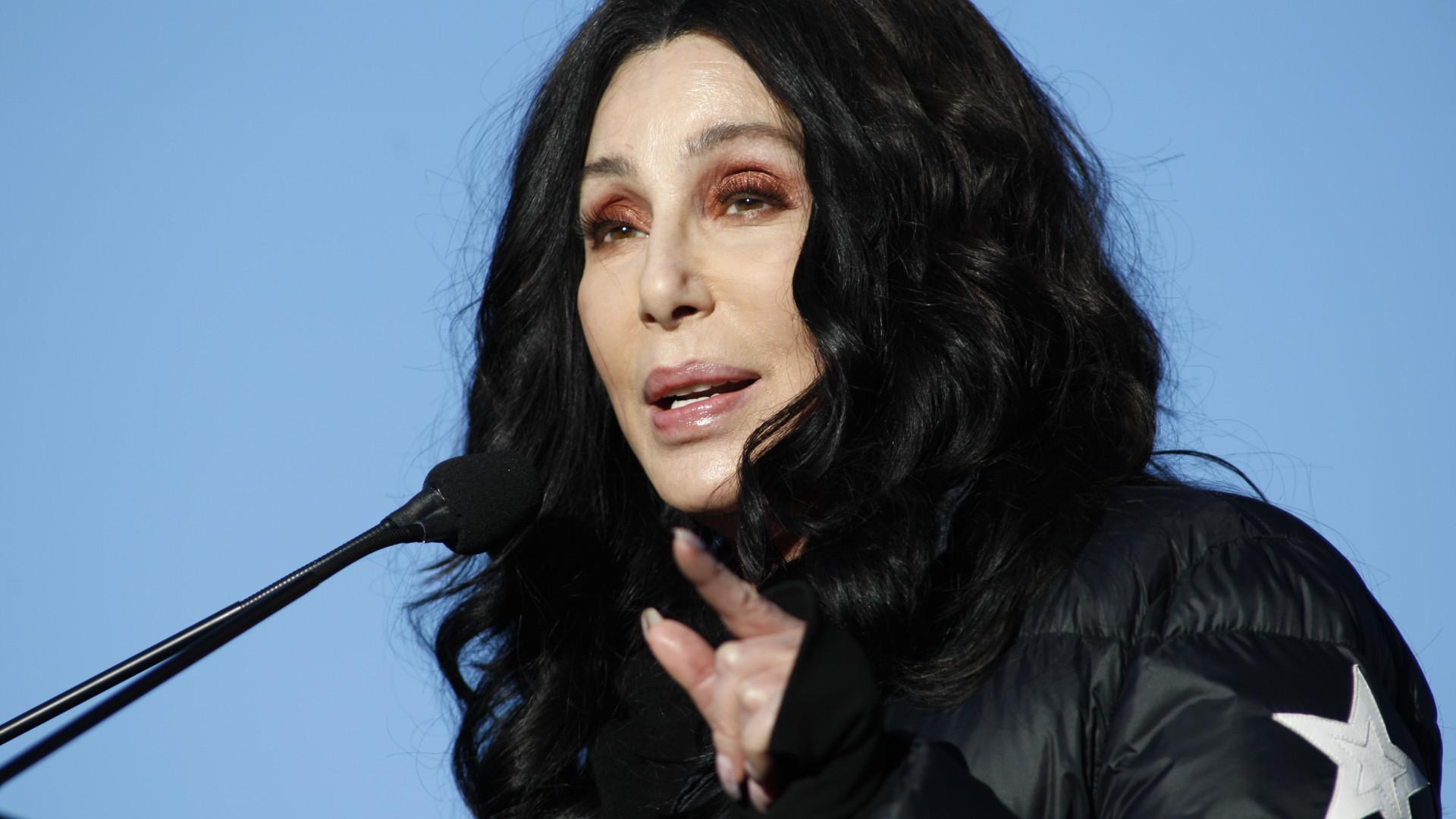 Cher recorda momento 'especial' passado ao lado de Stephen Hawking