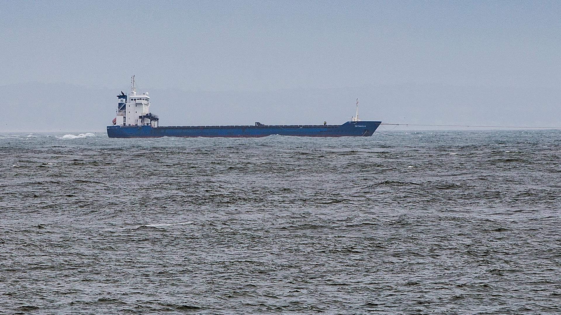 """Navio encalhado no Tejo foi """"arrastado alguns metros"""", mas não chega"""