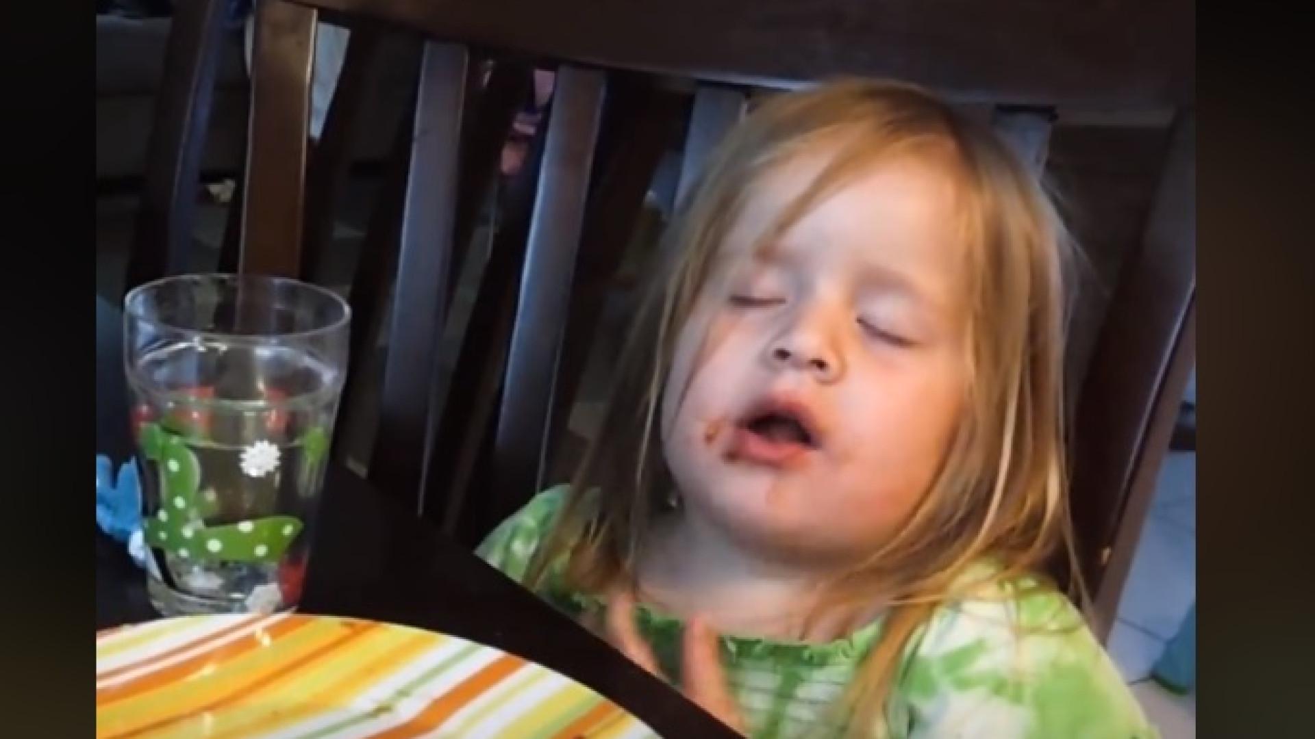 Adormeceu a comer uma fatia de pizza