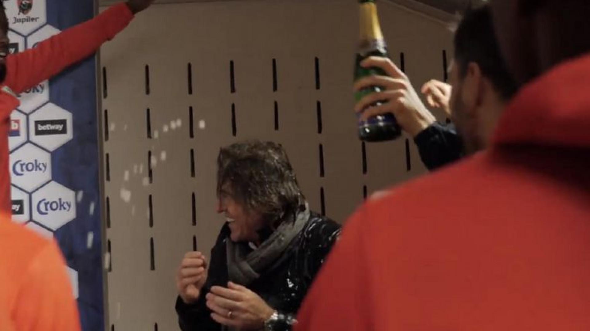Sá Pinto 'leva' banho de champanhe na sala de imprensa