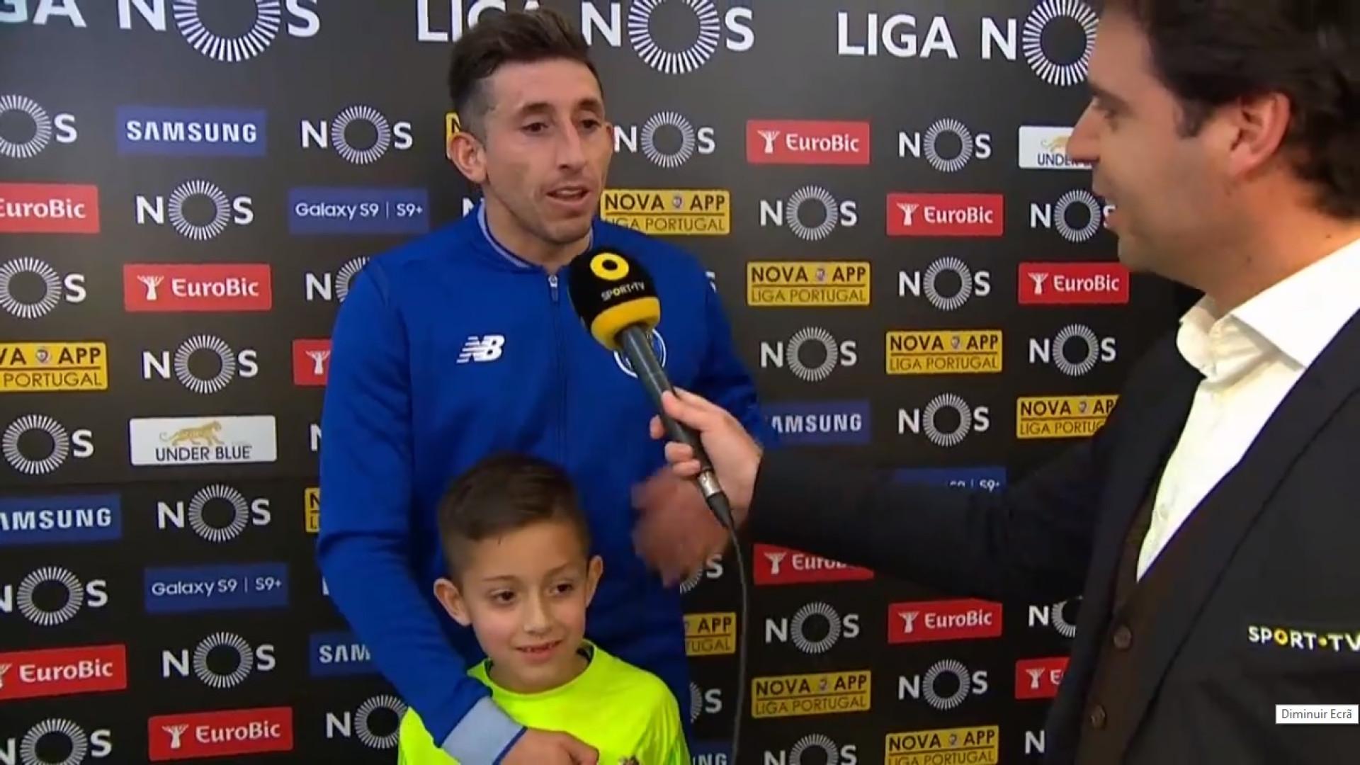 Flash interview de Herrera foi 'invadida' por... adepto especial