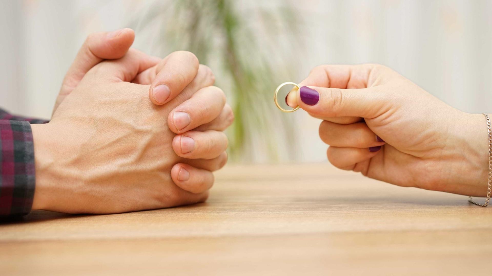 """China tenta travar divórcios com """"período de reflexão"""""""