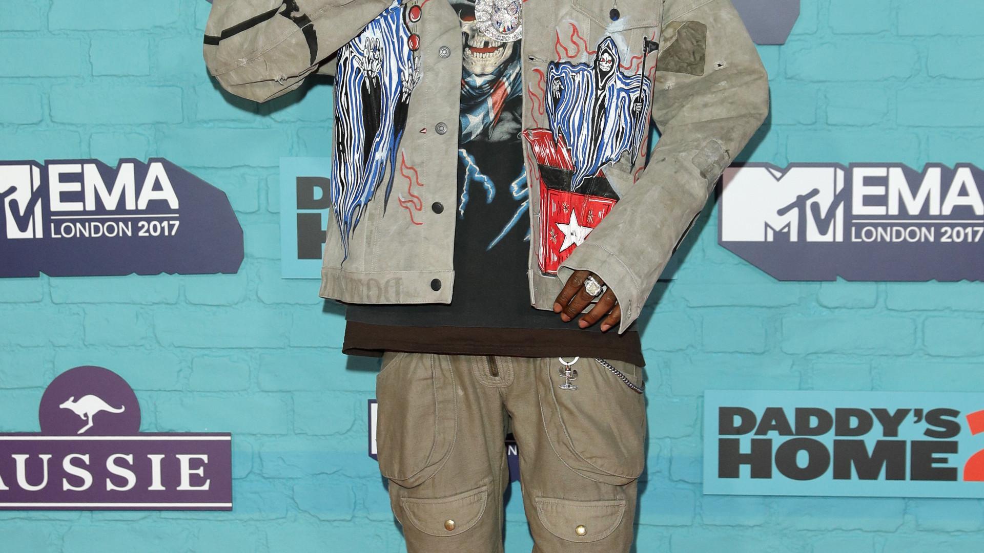 Fã de Travis Scott invade o palco e rapper defende-o perante segurança