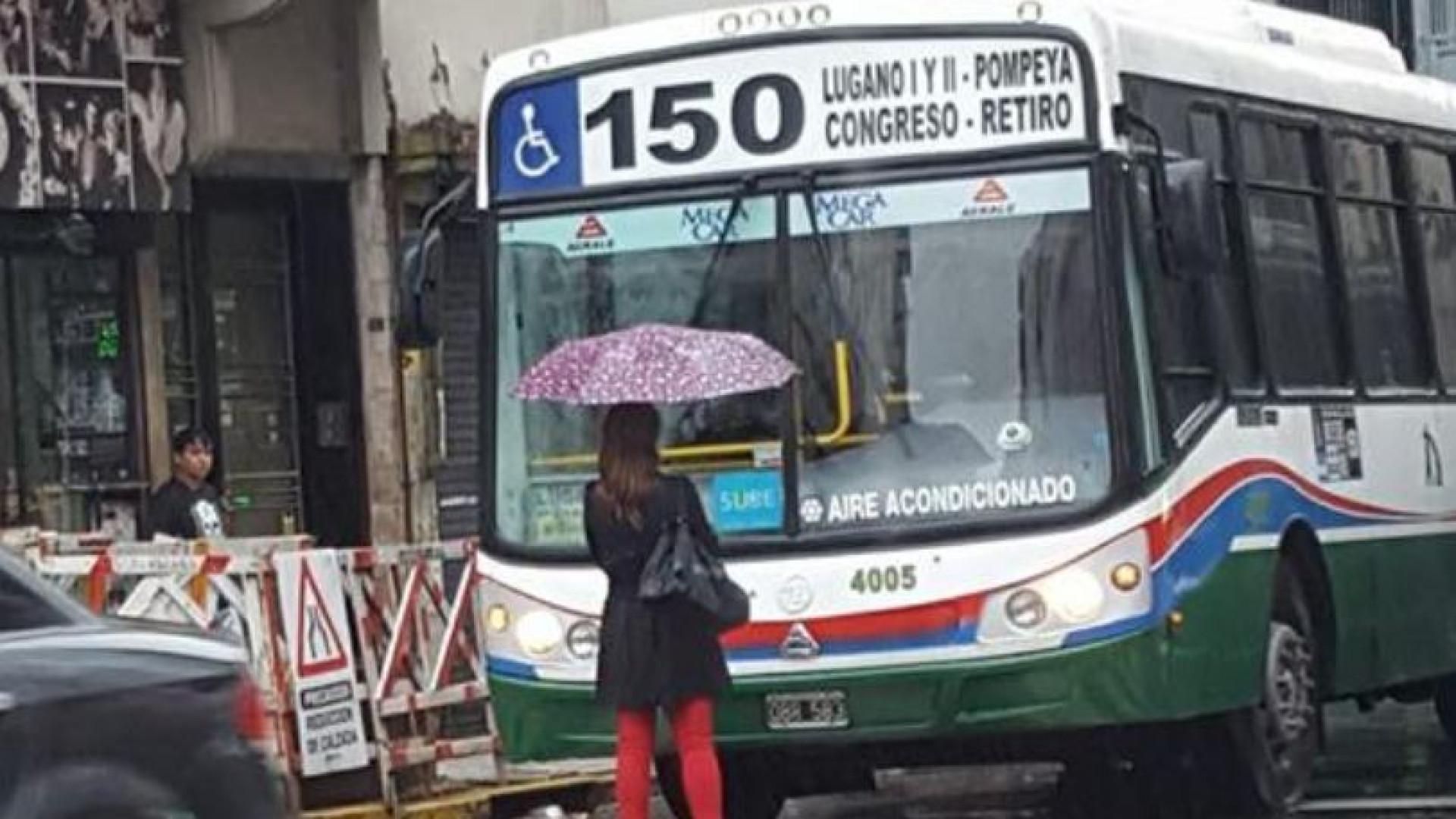 Motorista negou abrir porta do autocarro e mulher parou o trânsito