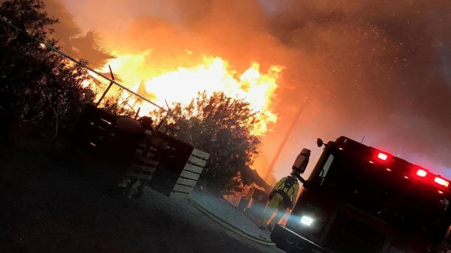 Bombeiros combatem incêndio próximo do festival Coachella
