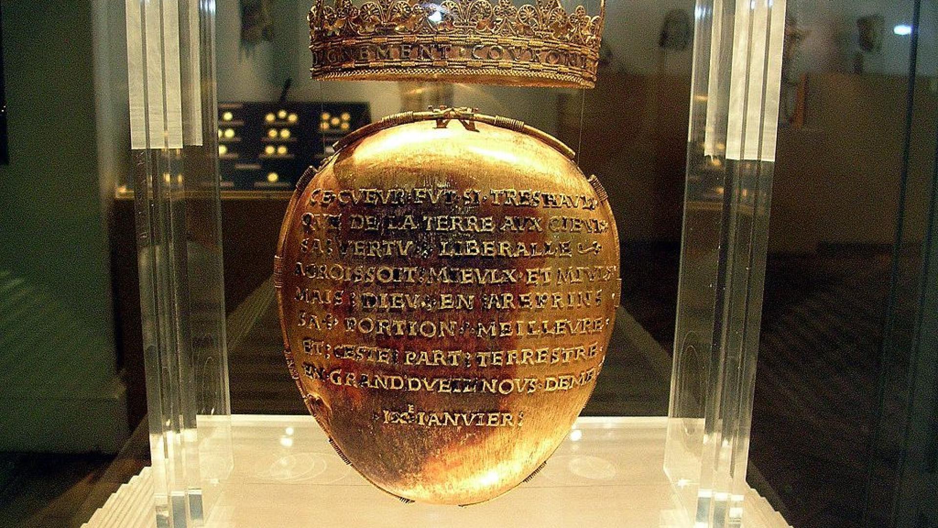 Assaltam museu e levam caixa de ouro com coração de rainha francesa