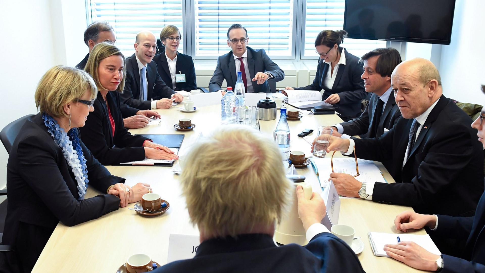 """Ministros da UE consideram """"inaceitável"""" o uso de armas químicas"""