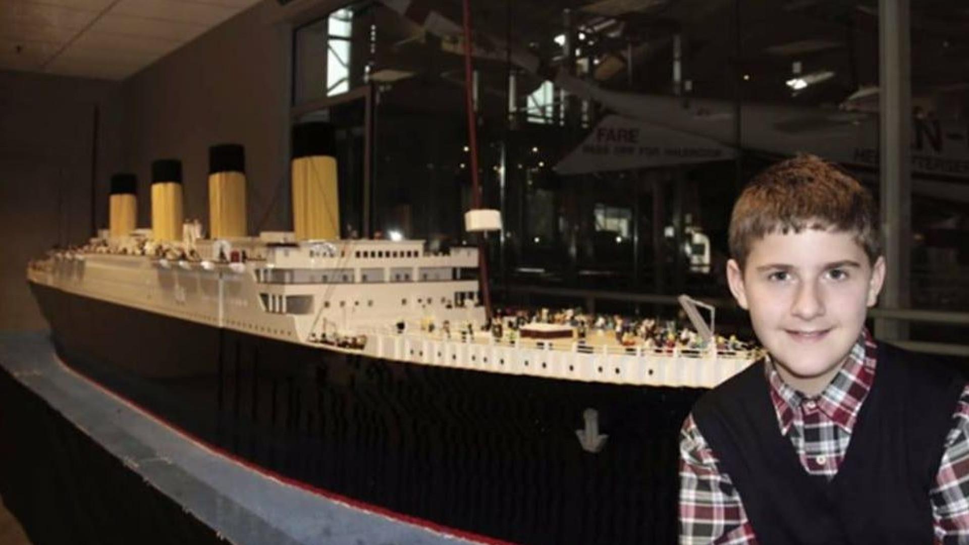 Menino com autismo construiu em Lego a maior réplica do mundo do Titanic
