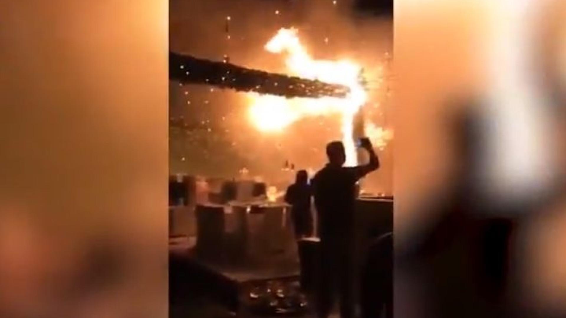Dança de noivos interrompida por incêndio causado por fogo de artifício