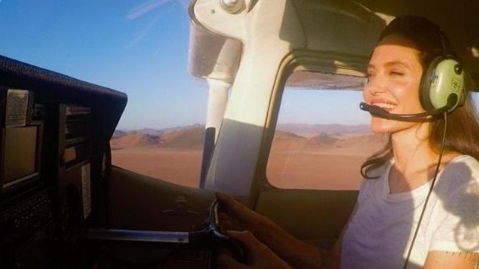 Angelina Jolie pode pilotar aviões. A Internet não 'aguentou'