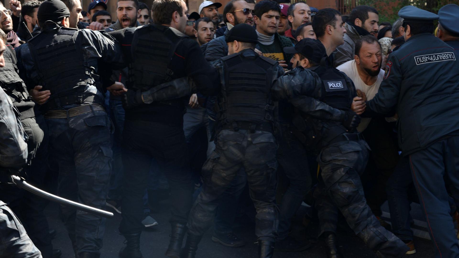 Pelo menos 10.000 manifestantes contra ex-presidente da Arménia