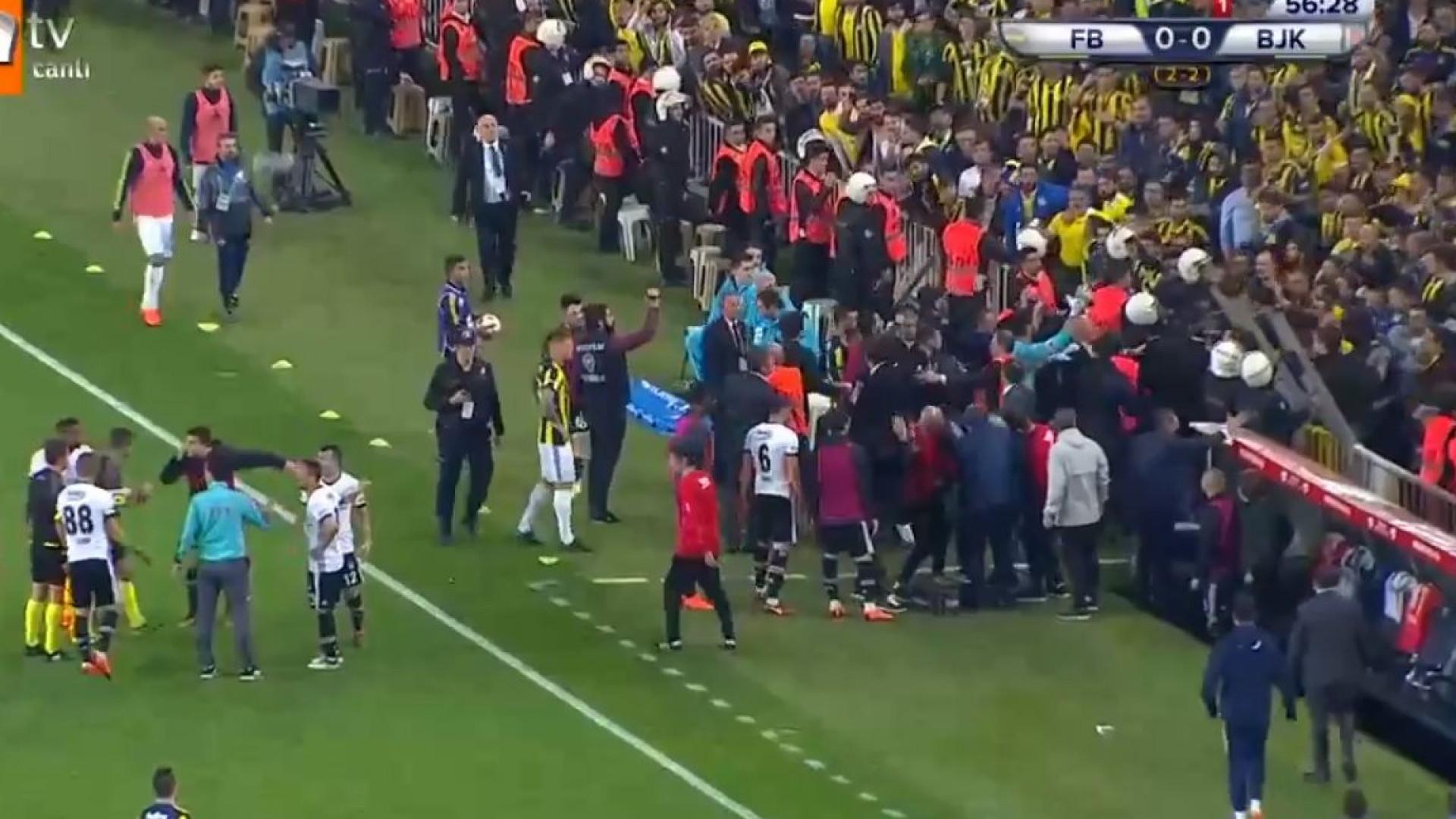 Fenerbahce-Besiktas suspenso depois de agressão ao treinador Senol Gunes