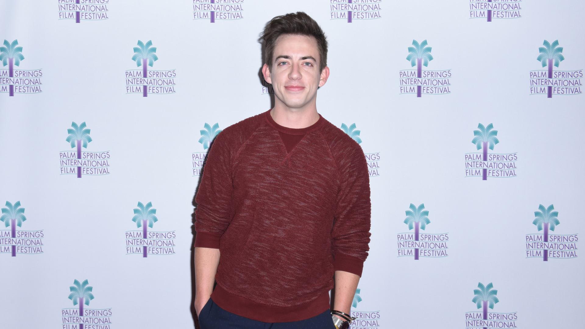 Ator de 'Glee' assume que é gay ao comparar-se a música de Ariana Grande