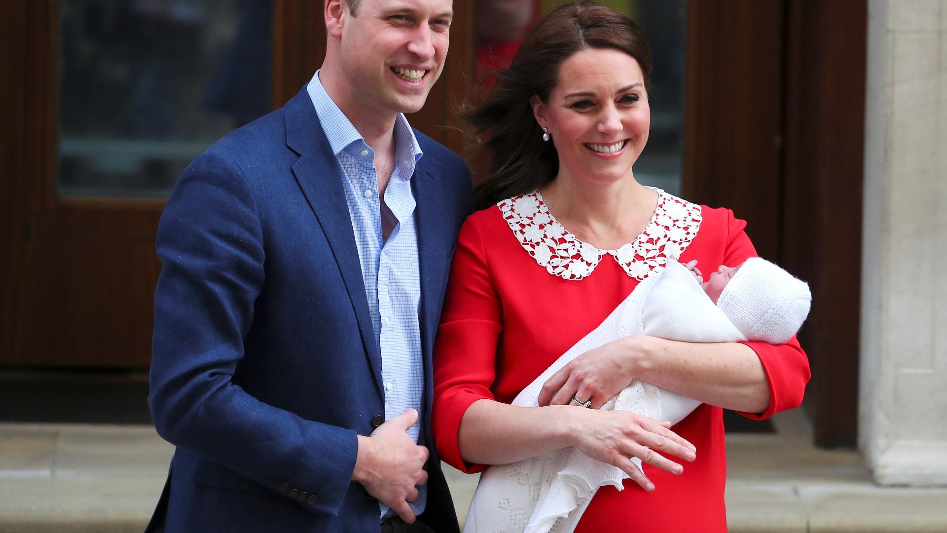 Kate Middleton e príncipe William saem do hospital com o bebé
