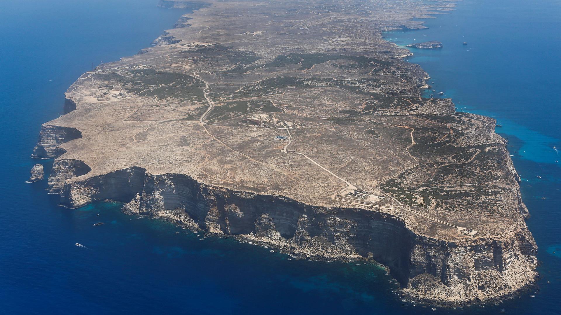 Fragata da Marinha portuguesa resgata 138 migrantes ao largo de Lampedusa
