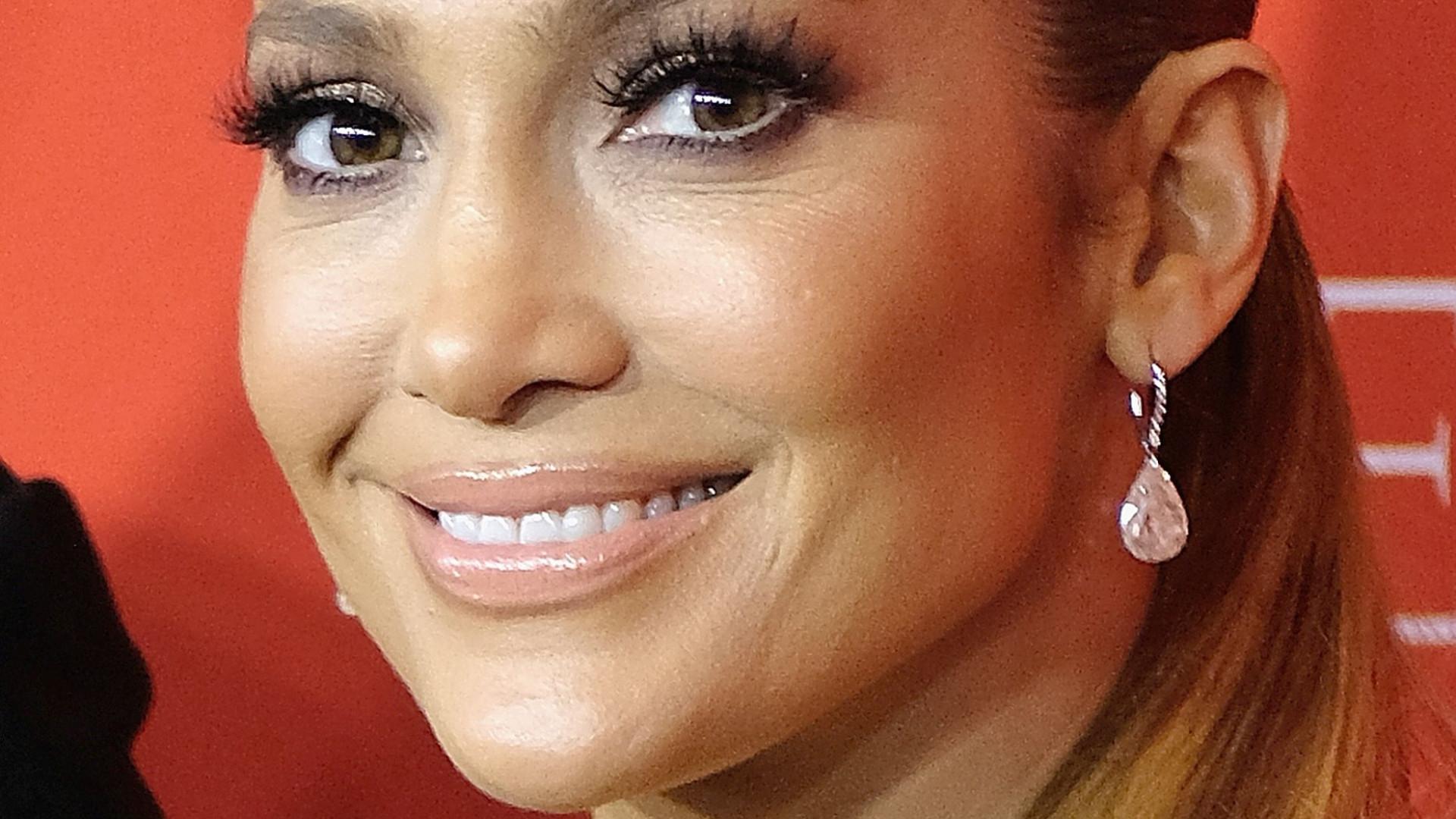 Aos 49 anos, Jennifer Lopez exibe curvas esculturais em fato de banho