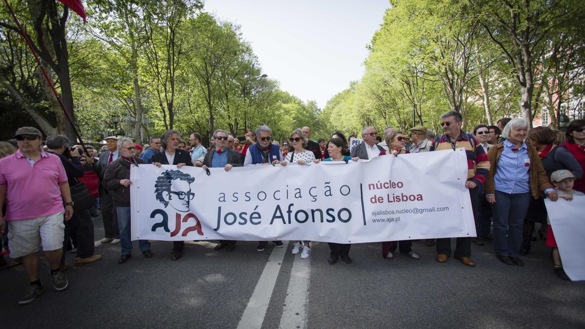 Populares aproveitam tradicional desfile para exigirem mais direitos
