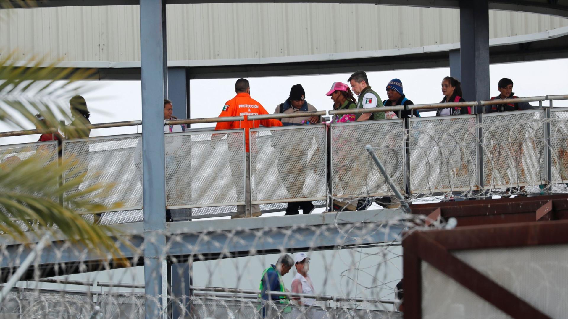Centenas de migrantes pedem asilo na fronteira do México com EUA