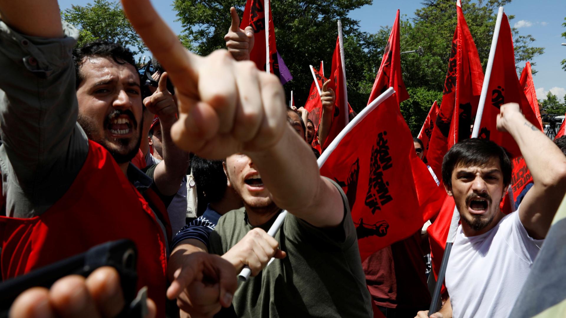 Confrontos em França e na Turquia com milhões na rua por todo mundo eca0de4b4f84b