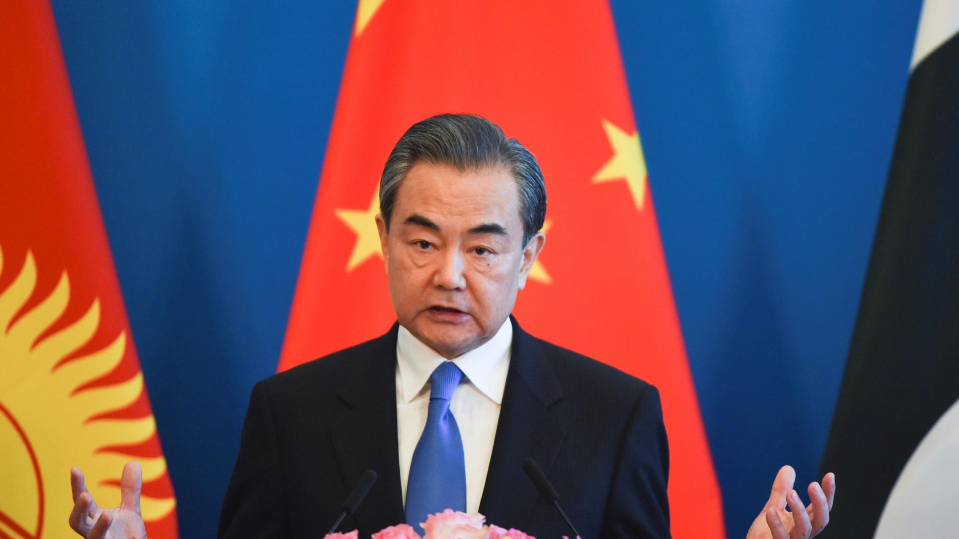 """China considera """"não construtiva"""" exclusão de exercícios militares"""