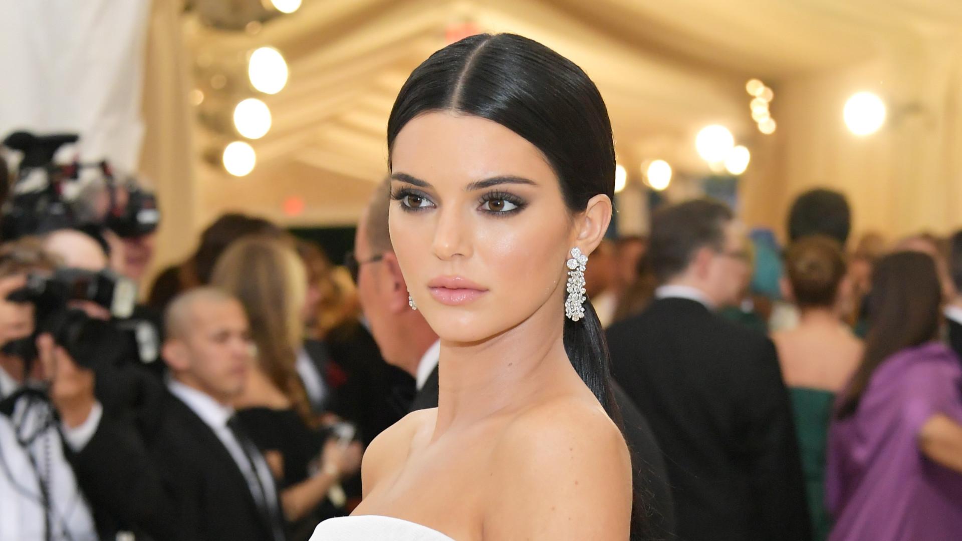 Quase irreconhecível e em topless, Kendall Jenner posa para revista