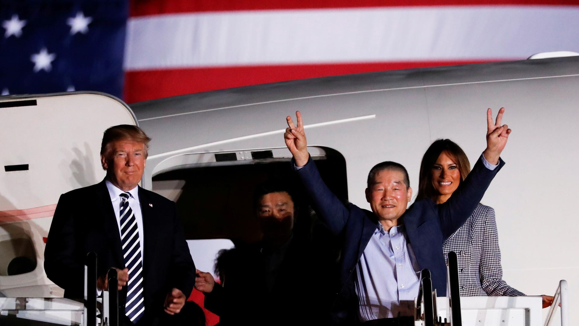 Norte-americanos libertados na Coreia já chegaram a Washington
