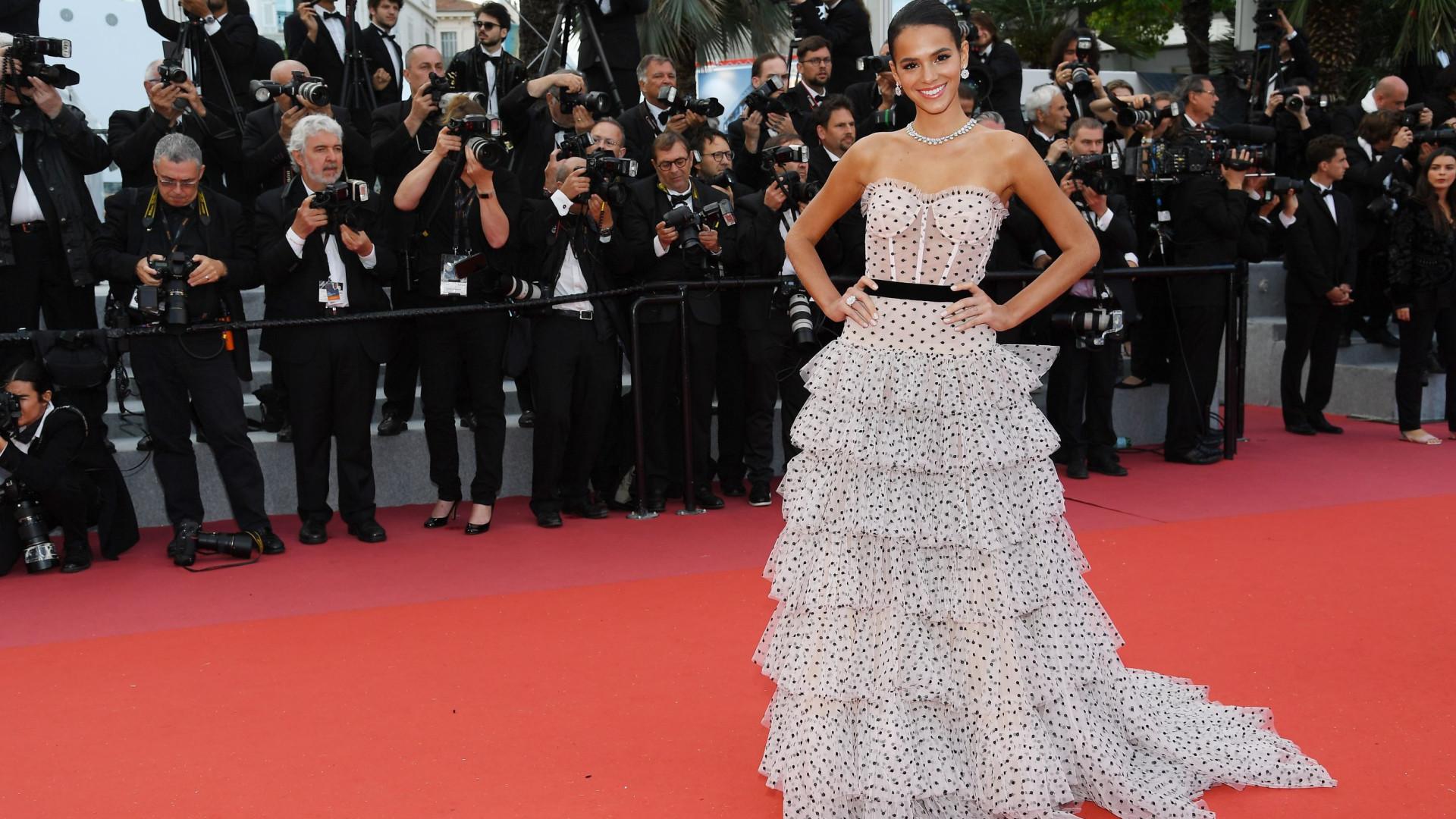 Bruna Marquezine está loira! Atriz deslumbra em evento de Rihanna