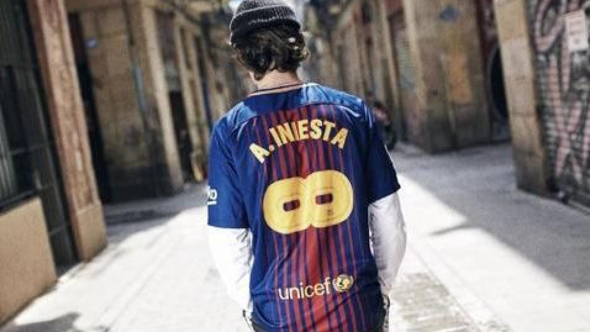 Barça inicia vendas da camisa 'infinita' de Iniesta