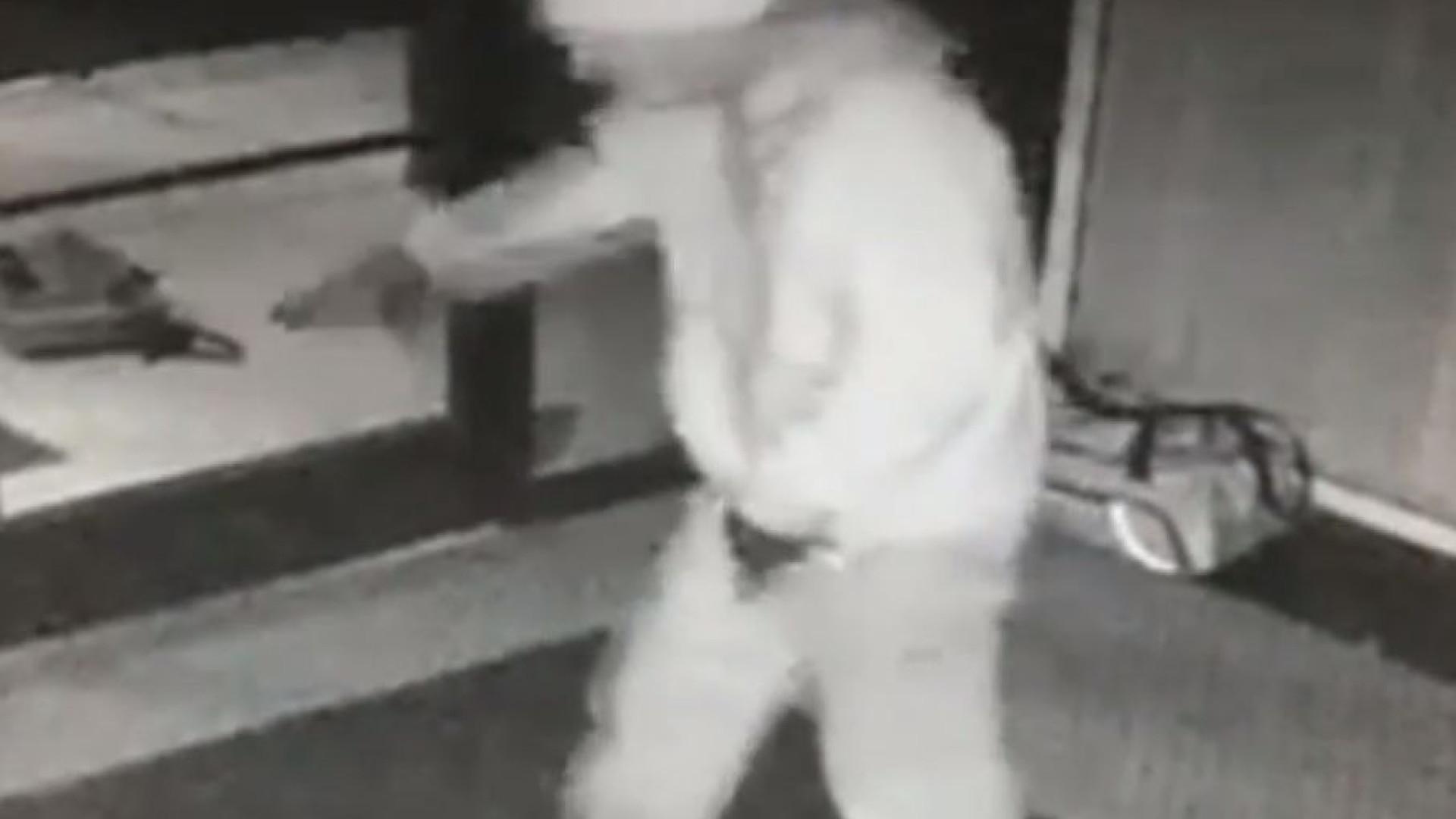 Homem apanhado em vídeo a invadir edifício privado e a festejar com dança