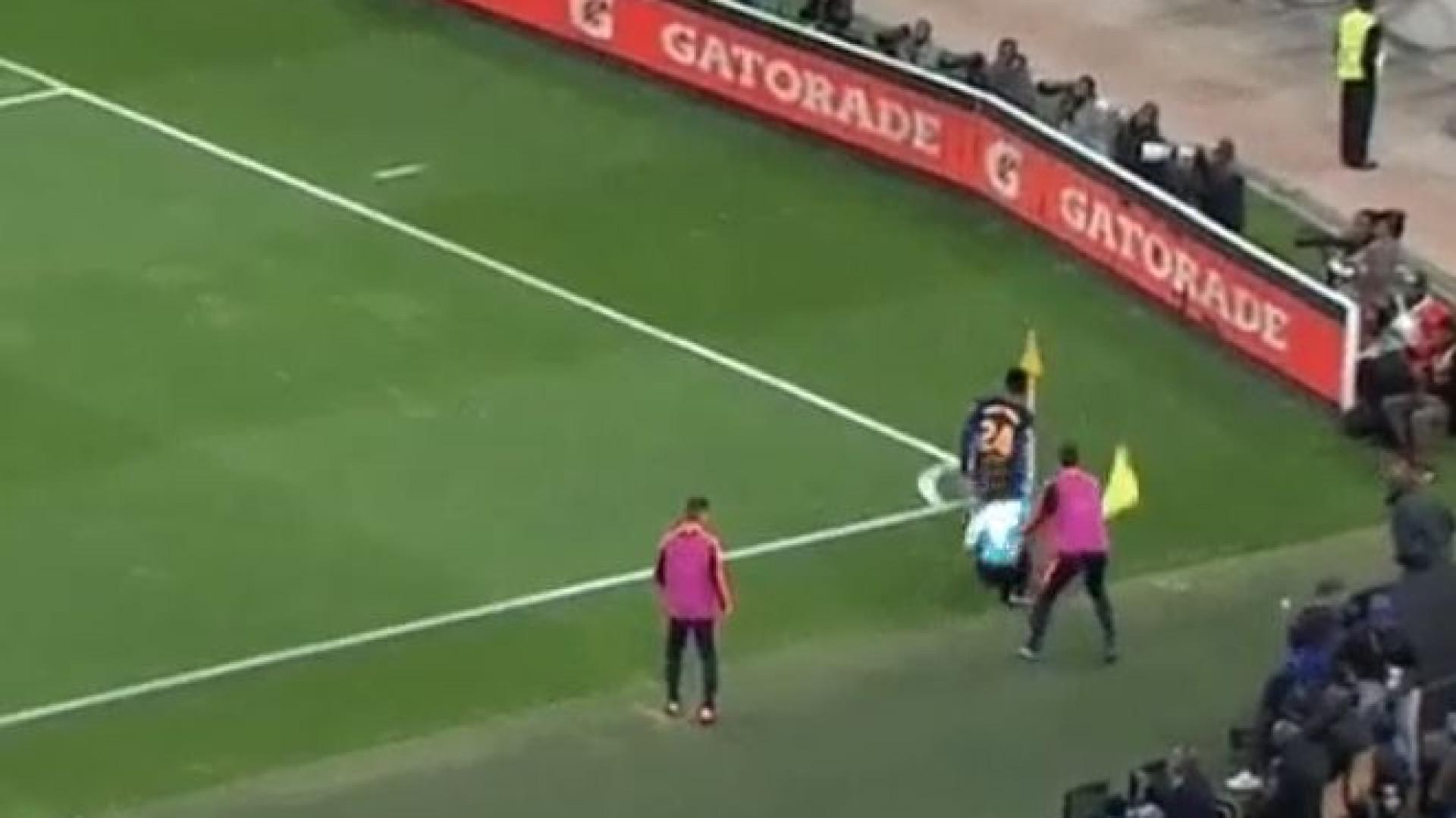 Yerry Mina atrapalhou-se com a bola e mandou árbitro ao chão
