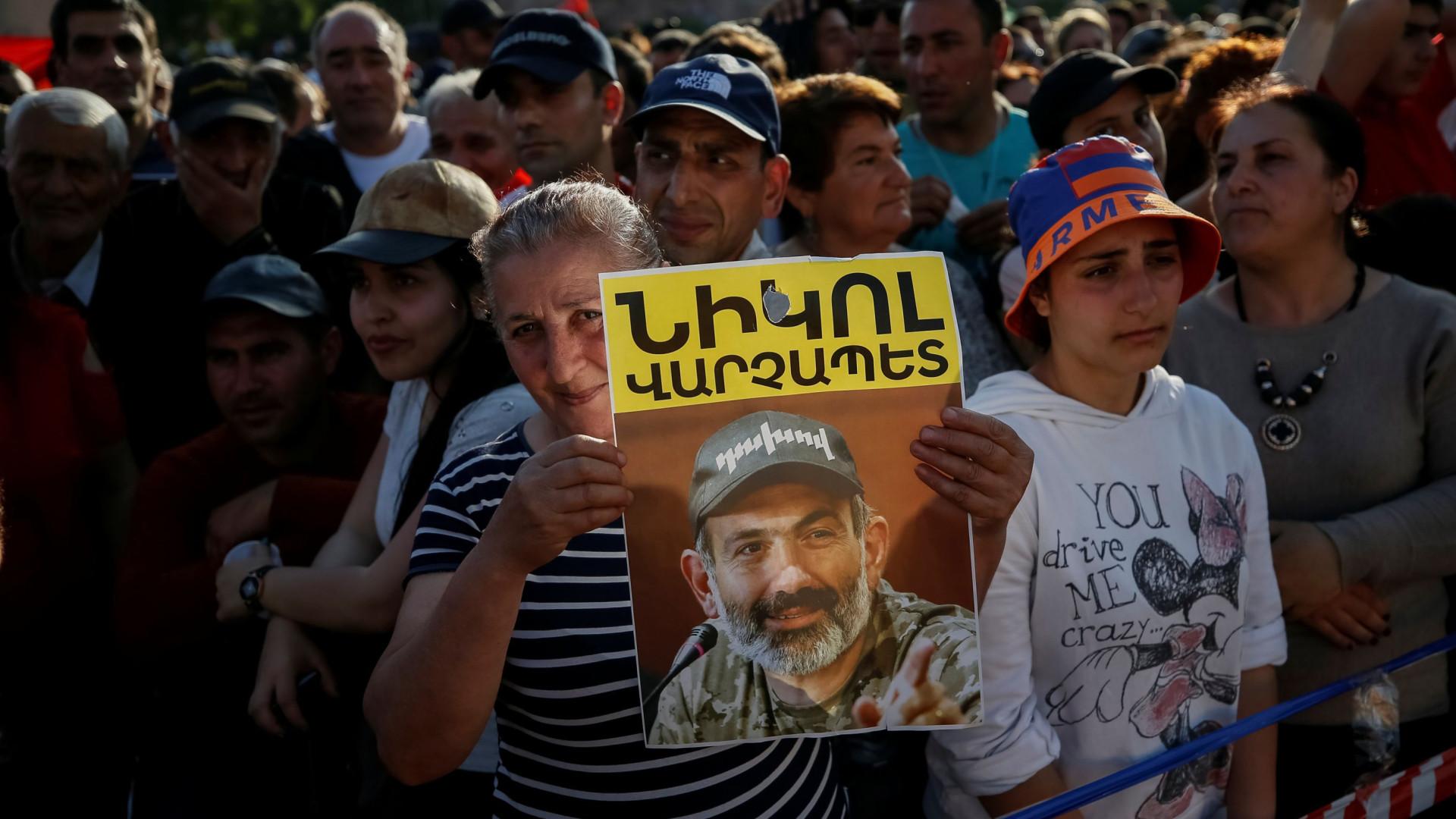"""Pashinián pede a manifestantes """"uma pausa"""" para poder resolver problemas"""