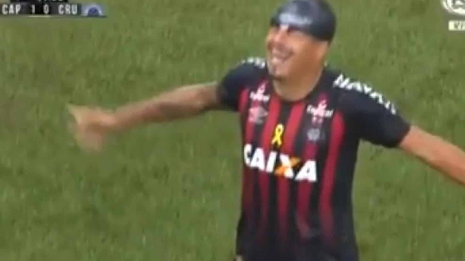 De touca na cabeça, ex-Arouca marca golaço no Brasil