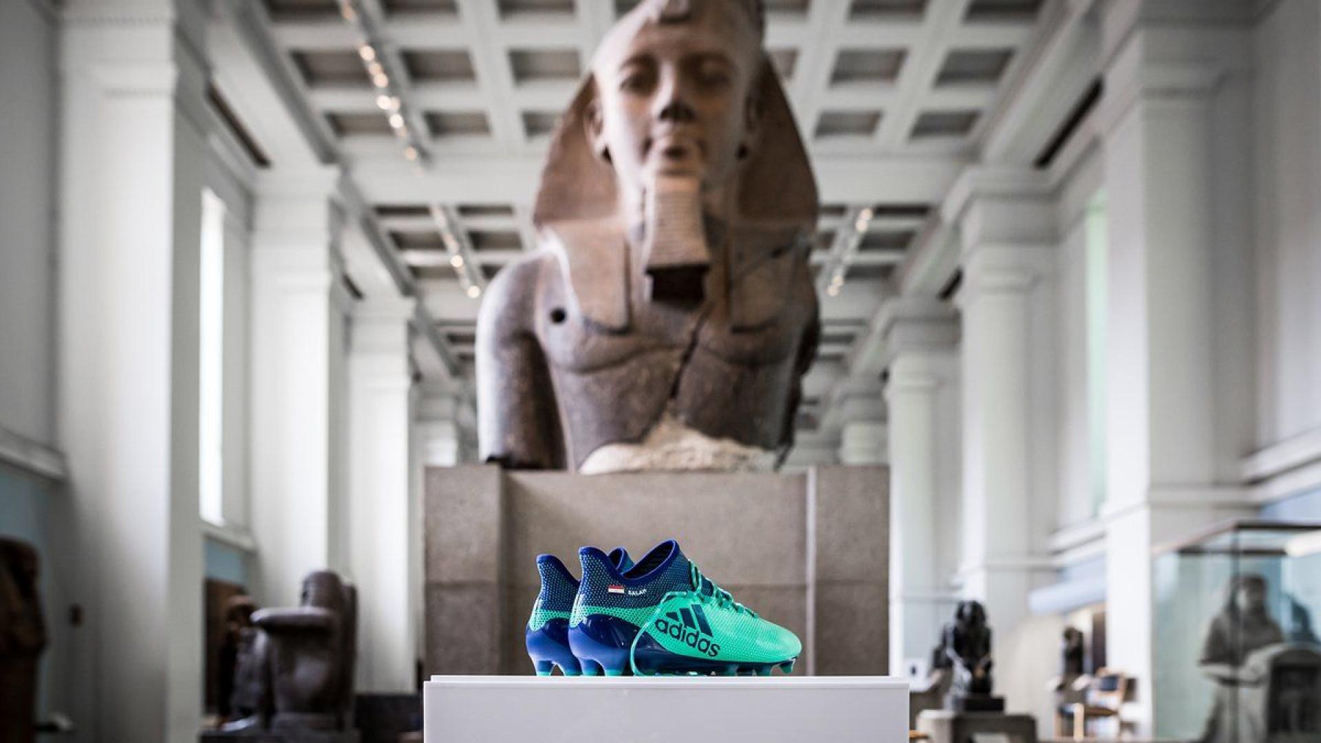 Botas de Mohamed Salah em exposição... no British Museum