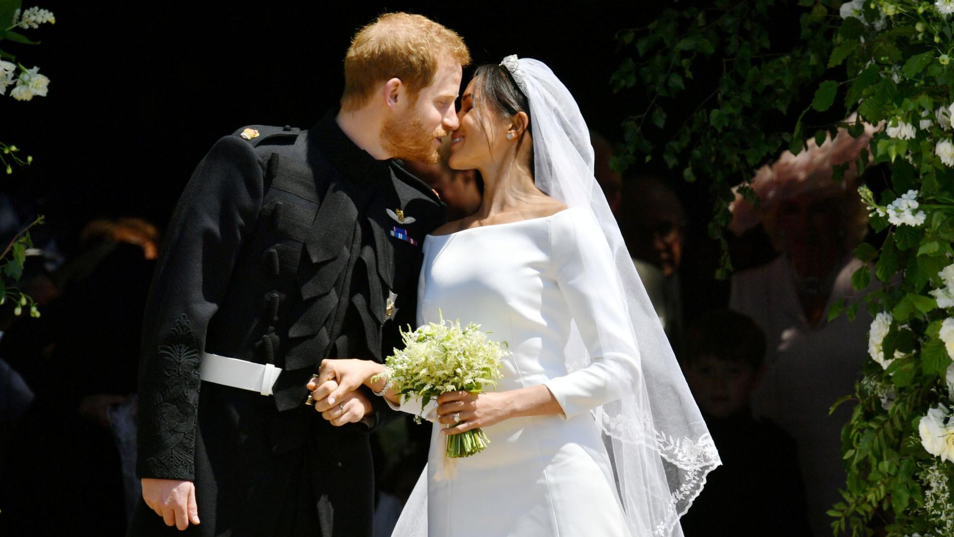 Harry e Meghan 'obrigados' por Isabel II a assinar acordo pré-nupcial