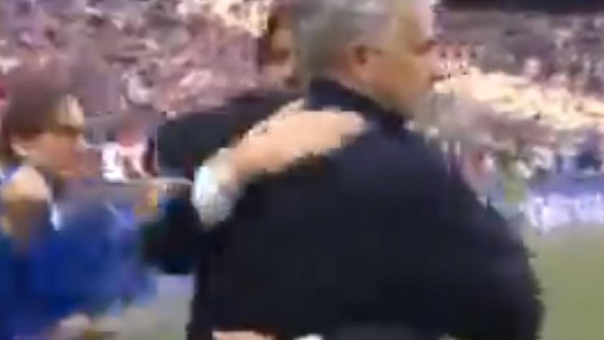 Mourinho e Conte de pazes feitas. O sentido abraço no final da Taça