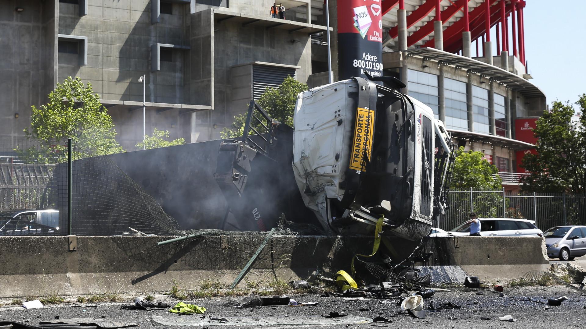 Camião capotou e incendiou-se na 2ª Circular. Trânsito está condicionado